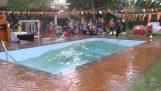 भूकंप के दौरान नेपाल में एक स्विमिंग पूल