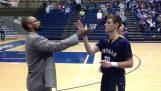 Tréner pozdravuje svojich hráčov