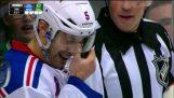 Måste se det: Girardi får pucken inklämd under visor