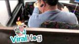คนขับรถดูวิดีโอบนโทรศัพท์มือถือของเขาในขณะขับรถ