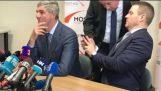 El nuevo primer ministro de Eslovaquia lanza una bolsa de cocaína en la emisión en directo