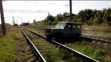 O carro ficou preso nos trilhos