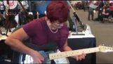 Η γιαγιά παίζει ένα σόλο στην κιθάρα