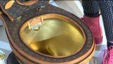 WC d'oro coperto di borse di Louis Vuitton monogramma in vendita per $ 100,000