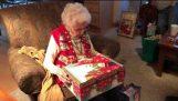 Prekvapenie mačiatko ako vianočný darček pre babičku