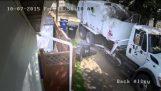 Gunoi omul distruge galeata de gunoi, pentru că ea a fost supraîncărcate