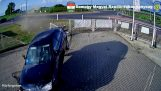 Een auto passeert een rotonde
