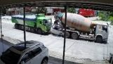 Кола е смазана между два камиона и пътниците й оцеляват