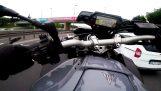 Μοτοσικλετιστής οδηγεί επικίνδυνα και παίζει με τον θάνατο