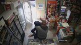 Собственикът на магазина спира разбойника с нож