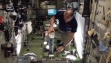Hoe astronauten zichzelf wegen in de ruimte