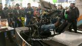 Υπερβολικά ενθουσιασμένος άνδρας δοκιμάζει έναν εξομοιωτή αγώνων σε VR