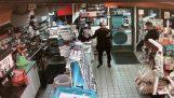 Αστυνομικός απειλεί με το όπλο του έναν άνδρα επειδή νόμισε πως έκλεψε καραμέλες