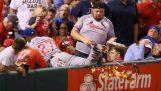 Basebollspelare köper mat till en åskådare
