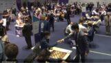İki satranç oyuncusu arasında garip el sıkışma