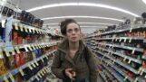 Поліцейський купує шапку та рукавички для жінки, яка їх вкрала з супермаркету