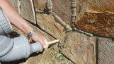 Εργαλείο για τη γέμιση των αρμών σε πέτρινο τοίχο