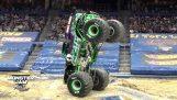 Οδηγός ισορροπεί ένα Monster Truck στις δύο ρόδες