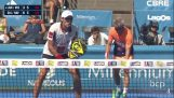 Padel टेनिस खिलाड़ी कांच विभाजन पर चला जाता है