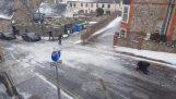 Πεζοί προσπαθούν να περπατήσουν σε μια παγωμένη ανηφόρα