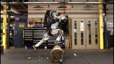 الروبوت أطلس يجعل الباركور