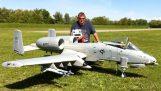 Ένα εκπληκτικό τηλεκατευθυνόμενο A-10 Warthog