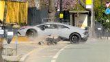 एक ड्राइवर नई लेम्बोर्गिनी नष्ट कर देता है