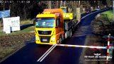 Een vrachtwagen is niet genoeg tijd om te stoppen bij spoorwegovergang