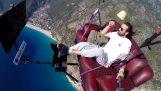 Let s padákem na pohovce