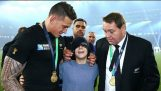 Sonny Bill Williams gives away RWC medal to fan