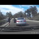 Τρελή οδηγός πηδά έξω από το αυτοκίνητό της προκαλώντας ατύχημα