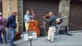 Τουρίστας συμμετέχει στη μπάντα πλανόδιων μουσικών