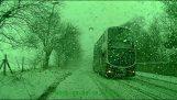 conductor del autobús evita coche con la acción elaborada