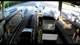 Επιβάτης εκτοξεύεται μετά από σύγκρουση σε διόδια και επιβιώνει
