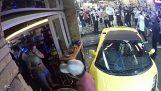 Αυτοκίνητο χωρίς οδηγό παρκάρει μπροστά από μπαρ