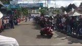 Uheldig sjåfør å kjøre med Vespa (Indonesia)