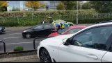 Ένοπλοι αστυνομικοί σταματούν ύποπτο αυτοκίνητο μετά από καταδίωξη (Λονδίνο)