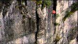 Helikopter uitgerust met een sloop bal verwijdert een onstabiele rots