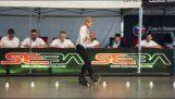 Ένα μικρό κορίτσι με εκπληκτικές ικανότητες στο Roller Skating