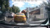 Δεξαμενή φορτηγού λυμάτων εκρήγνυται στη μέση του δρόμου