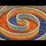 Η πτώση ενός τριπλού σπιράλ από 15.000 ντόμινο