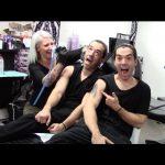 Δίδυμοι κάνουν φάρσα σε ένα στούντιο τατουάζ
