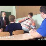 Μαθητής επιτίθεται σε καθηγητή, οι συμμαθητές του απαντούν