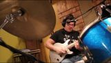 Ντραμς, κιθάρα και φωνή ταυτόχρονα