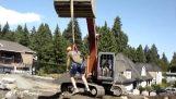 Αυτοσχέδιο λούνα παρκ με έναν εκσκαφέα