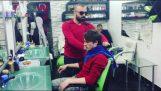Περιποίηση σε ένα κουρείο της Τουρκίας