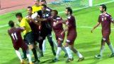 Jalkapalloilijat vastaan erotuomareita