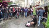 """Fani Ajax """"niepokojenie"""" bezdomny muzyk"""