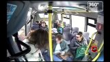 Un pickpocket en action sur le bus (Russie)
