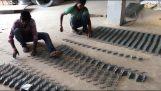 Κατασκευή συρματοπλέγματος στην Ινδία